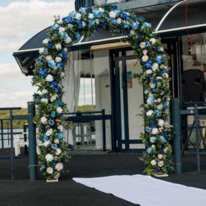 Цветочная арка для свадебной регистрации