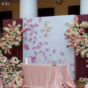 Цветочный декор президиума на свадьбу