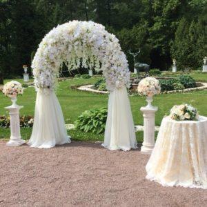 Декоративная арка из цветов